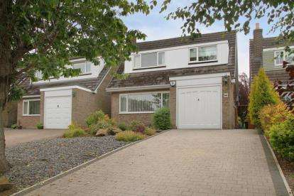 3 Bedrooms Detached House for sale in Holbein Close, Dronfield, Derbyshire