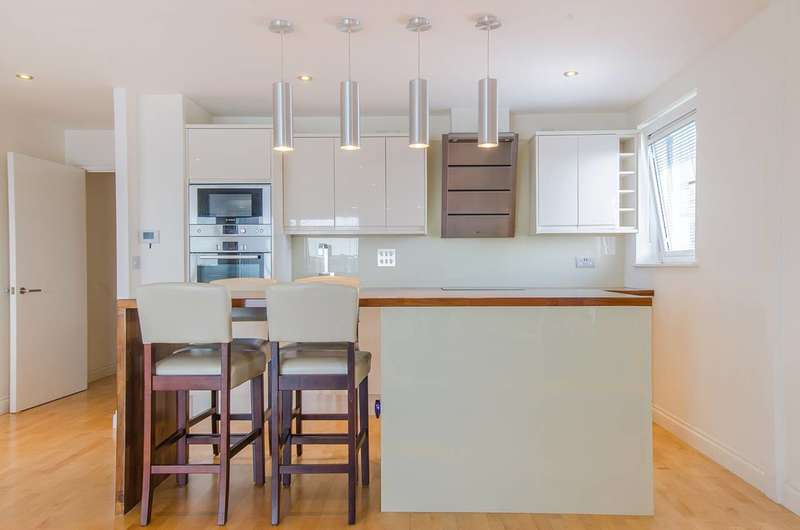 2 Bedrooms Flat for sale in Erebus Drive, Woolwich, SE28