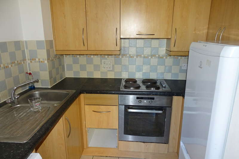 2 Bedrooms Apartment Flat for sale in Hamlyn House, High Street, Feltham, TW13