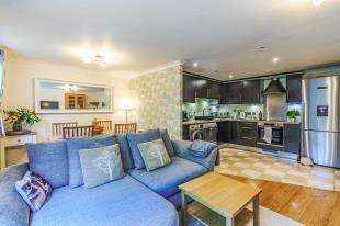 2 Bedrooms Maisonette Flat for sale in Approach House, 2 Foxboro Road, Redhill, Surrey