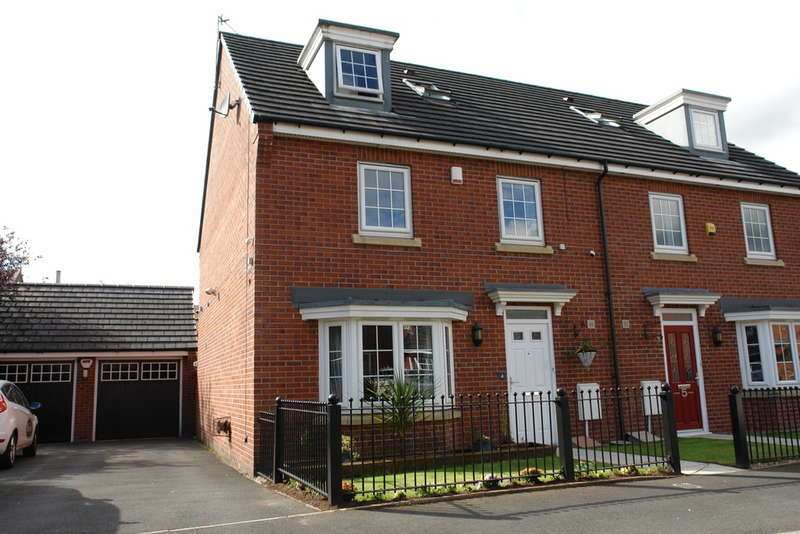 4 Bedrooms Semi Detached House for sale in The Fairways, Royton