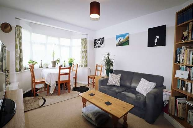 2 Bedrooms Flat for rent in Amesbury Road, Feltham, Greater London
