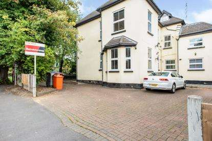 2 Bedrooms Flat for sale in Harold Wood, Romford, Havering