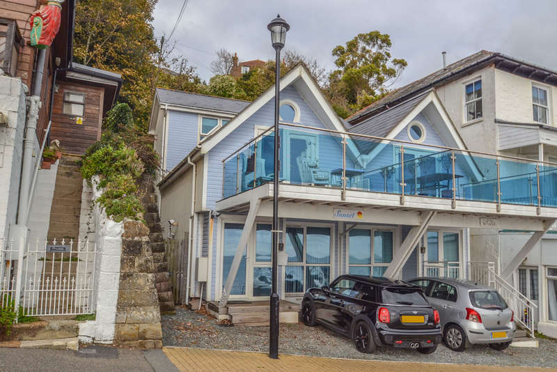 3 Bedrooms Semi Detached House for sale in Esplanade, Ventnor