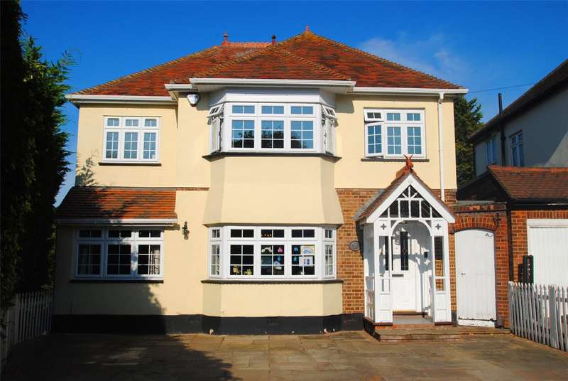 4 Bedrooms Detached House for sale in Hacton Lane, Upminster, RM14