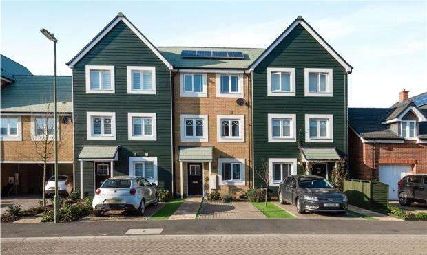 4 Bedrooms Town House for sale in Stevens Way, Church Crookham, Fleet