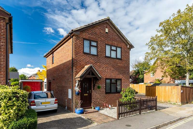 3 Bedrooms Detached House for sale in Dove Gardens, Park Gate, Southampton, Hampshire. SO31 7FP
