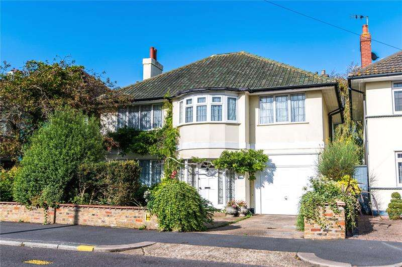 5 Bedrooms Detached House for sale in Burges Road, Thorpe Bay, SS1