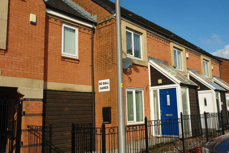 2 Bedrooms Town House for sale in Fairbourne Walk, Oldham