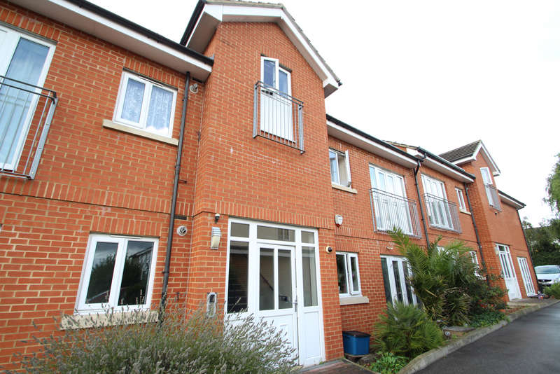 2 Bedrooms Flat for sale in Pinewood Court, Chigwell