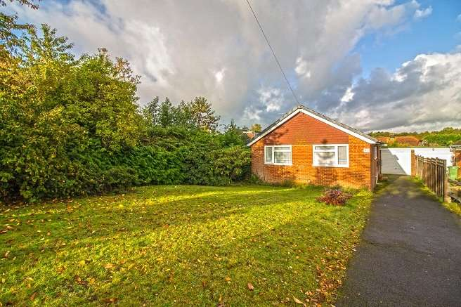 3 Bedrooms Bungalow for sale in Greenfields, Liss, Hampshire, GU33