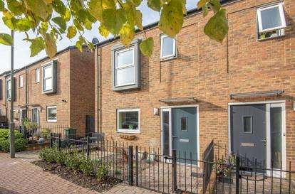 3 Bedrooms Semi Detached House for sale in Peche Way, Orpington