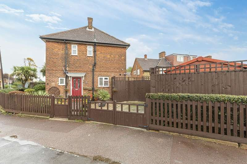 3 Bedrooms Semi Detached House for sale in Stevens Road, Dagenham, RM8