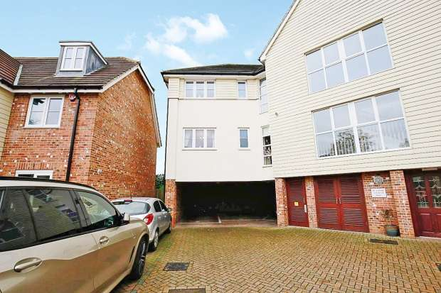 Apartment Flat for sale in Westwood Close, Maidstone, Kent, ME17 2BW