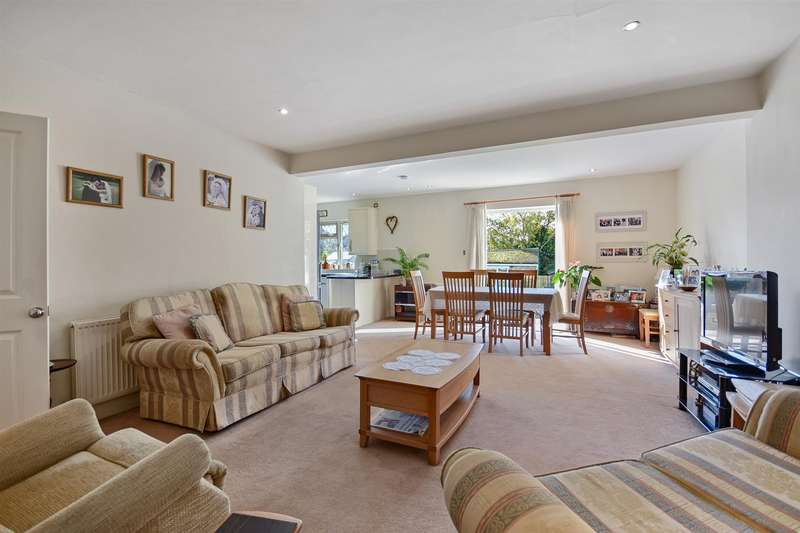 3 Bedrooms Semi Detached Bungalow for sale in Oundle Avenue, Bushey, Herts
