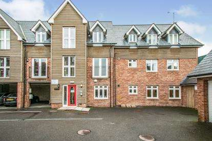 2 Bedrooms Flat for sale in Ringwood, Hampshire