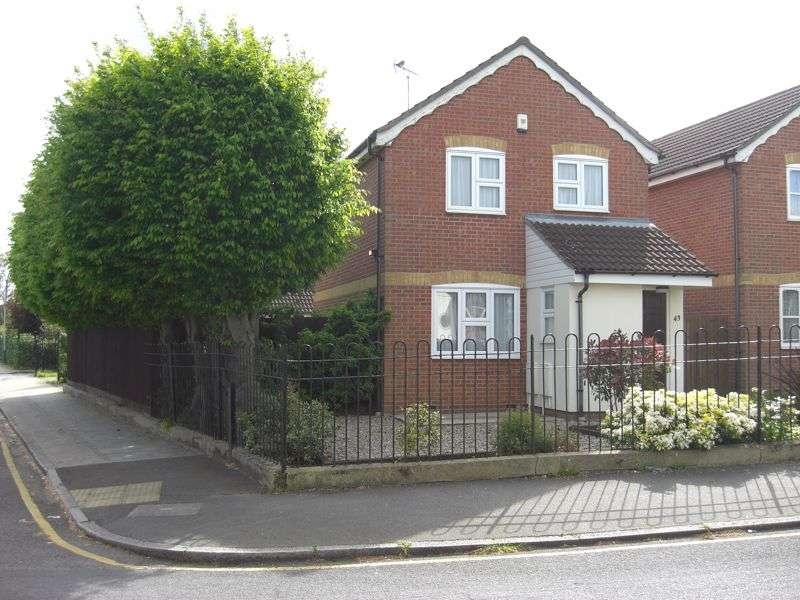 3 Bedrooms Property for sale in Minster Way, Hornchurch