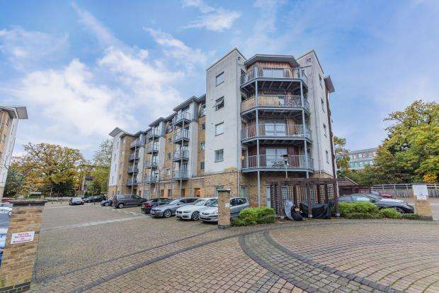 2 Bedrooms Apartment Flat for sale in Calloway House, Coombe Way, Farnborough