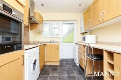 2 Bedrooms Flat for rent in Amblecote Close, London, SE12