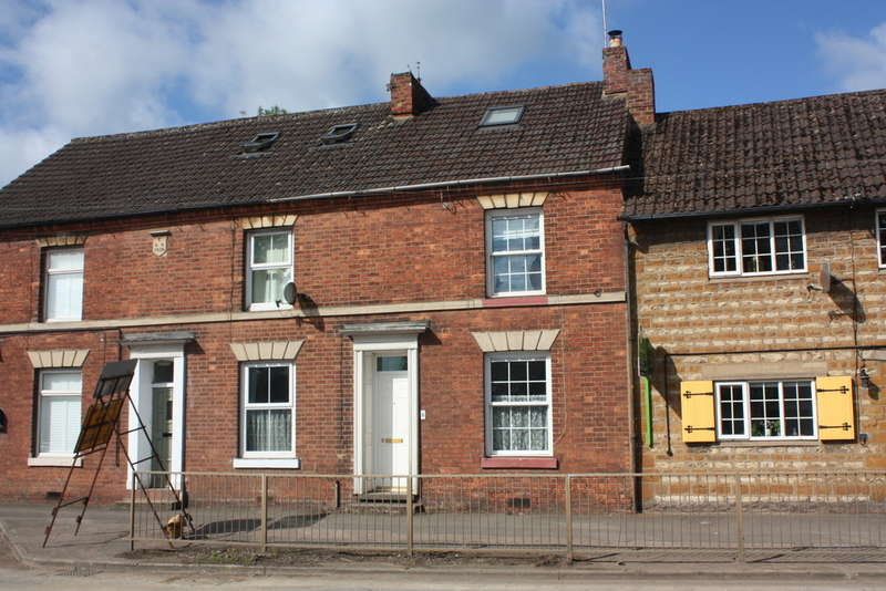 3 Bedrooms Terraced House for rent in High Street, Weedon, Northants, NN7 4PX.