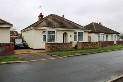 2 Bedrooms Detached Bungalow for rent in Calmore Gardens, Totton