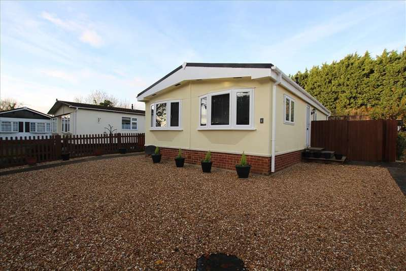2 Bedrooms Park Home Mobile Home for sale in Manor Court, Biggleswade, SG18