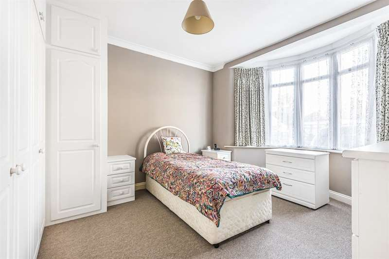 3 Bedrooms Detached House for sale in Cranham Road, Hornchurch, RM11 2AA