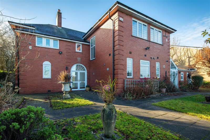 4 Bedrooms Detached House for sale in Walshaw Road, Bury