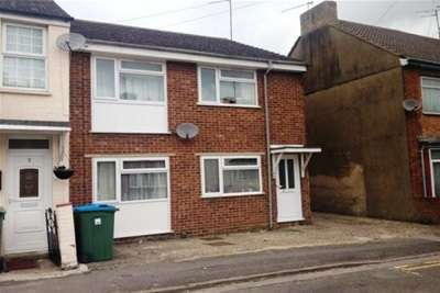 2 Bedrooms Maisonette Flat for rent in Town Centre Location