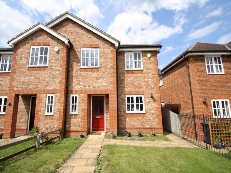 3 Bedrooms Semi Detached House for rent in Orchard Grove, Chalfont St Peter, SL9