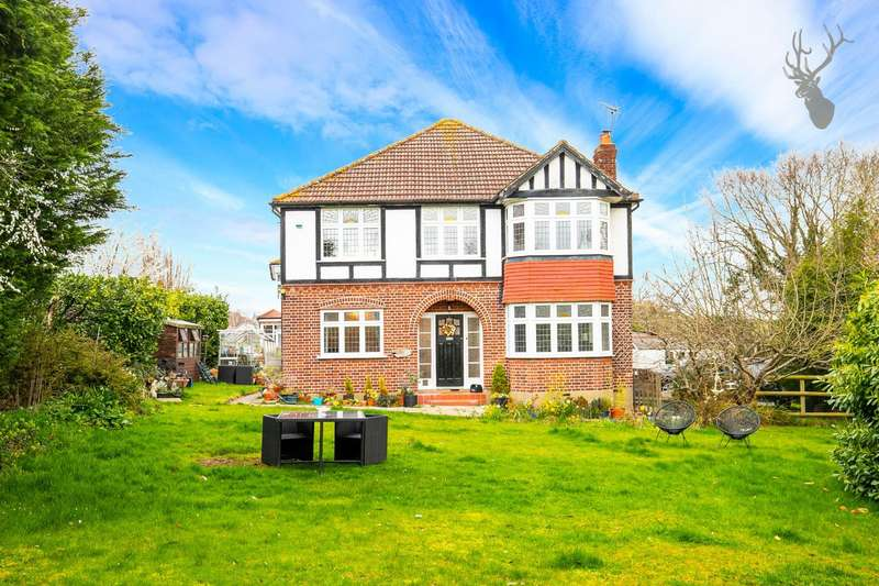 4 Bedrooms Detached House for sale in Dukes Avenue, Theydon Bois, Epping