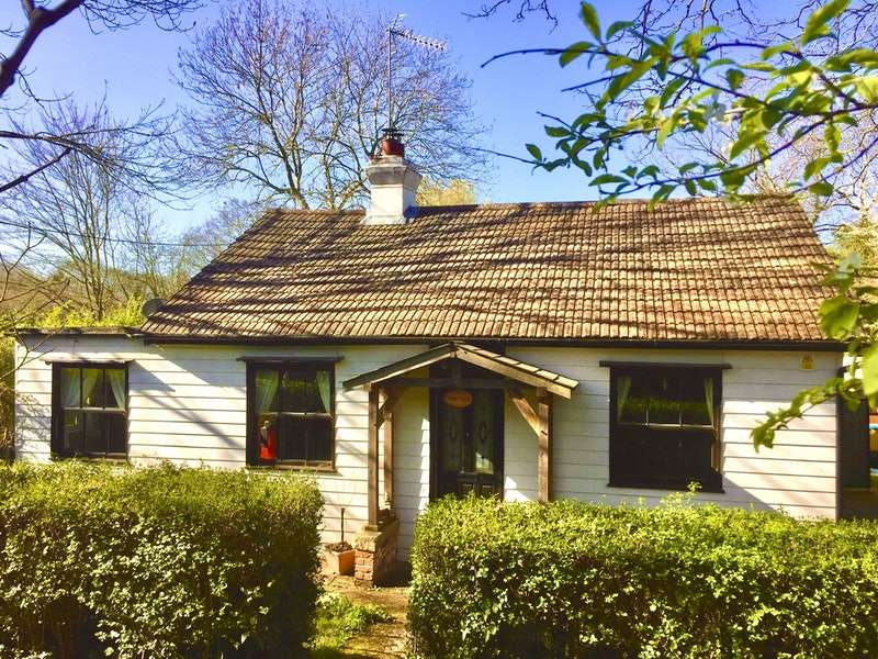 3 Bedrooms Bungalow for sale in The Chase, Rochford, Essex, SS4