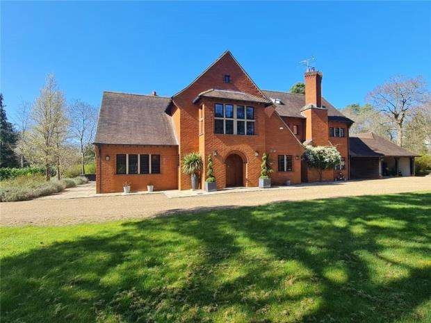 5 Bedrooms Detached House for sale in Monks Well, Farnham, Surrey