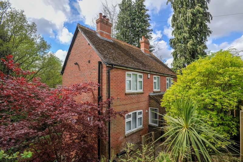 3 Bedrooms Detached House for sale in Sturt Road, Haslemere, Surrey, GU27