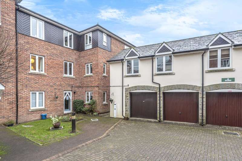 2 Bedrooms Flat for sale in Pegasus Court, Abergavenny, NP7