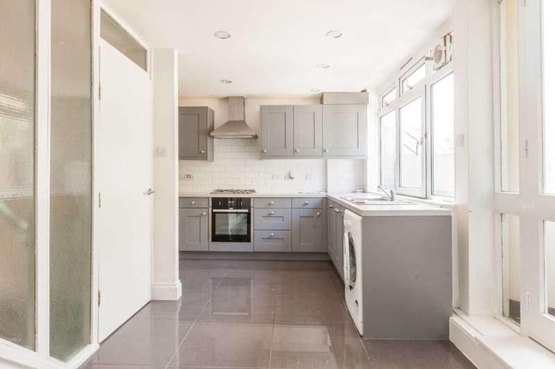 3 Bedrooms Maisonette Flat for rent in Stockwell Park Road, Brixton, SW9