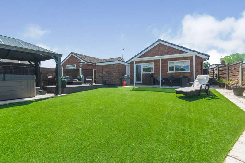 2 Bedrooms Detached Bungalow for sale in Severn Road, Oldham, OL8