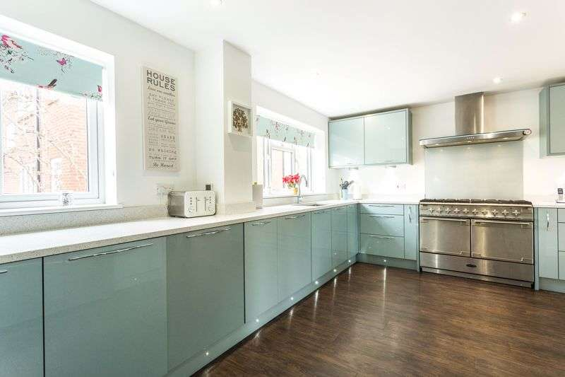 4 Bedrooms Property for sale in Mount Close, Farnham Common