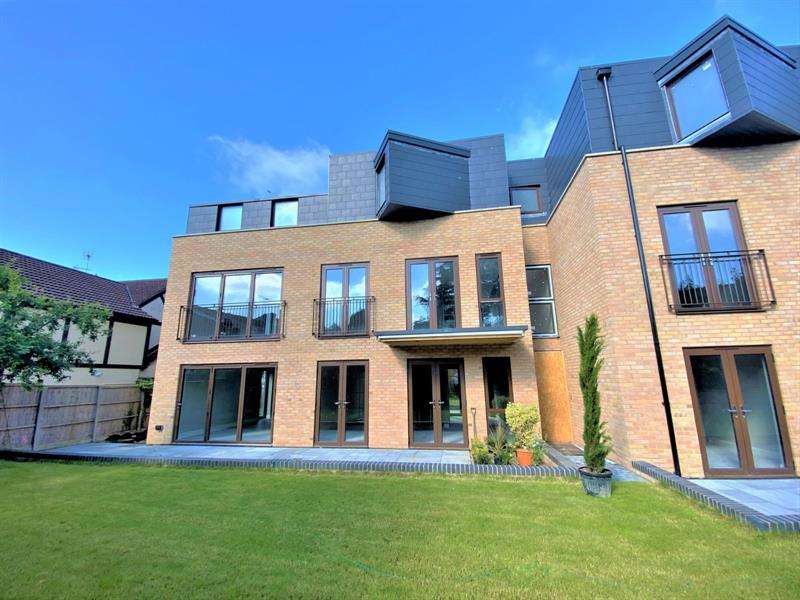 2 Bedrooms Apartment Flat for sale in High Road, South Benfleet, Essex, SS7