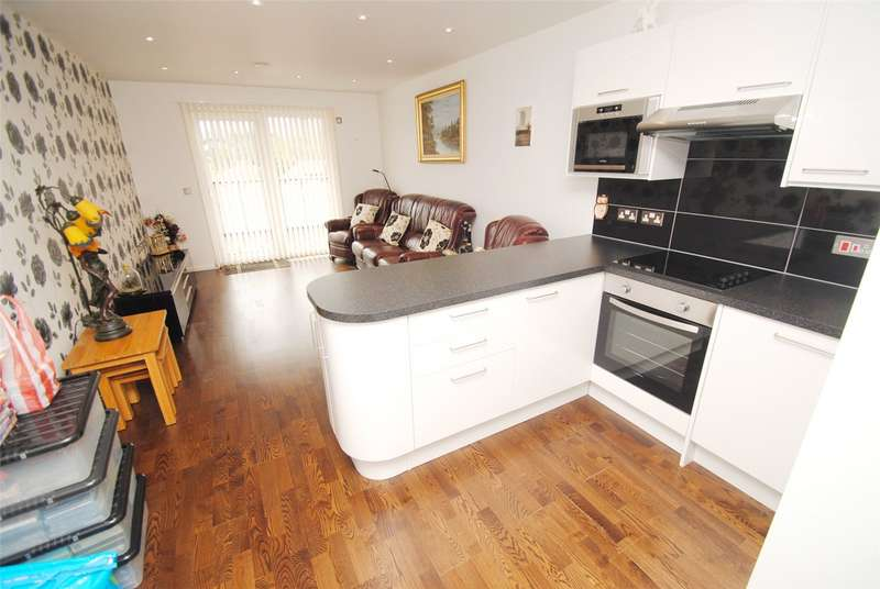 2 Bedrooms Semi Detached House for sale in Mill Road, Aveley, South Ockendon, RM15