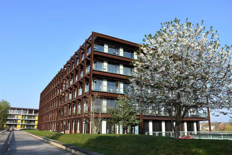 2 Bedrooms Penthouse Flat for sale in Lake Shore Drive, Bristol, BS13 7BH