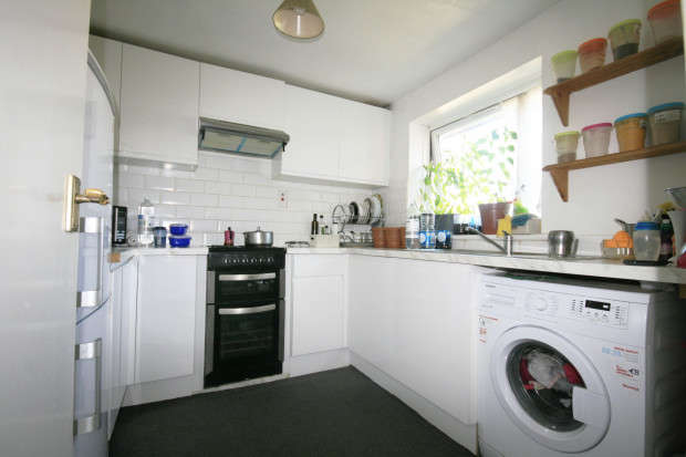 2 Bedrooms Flat for sale in Lynn Road, Ilford, IG2