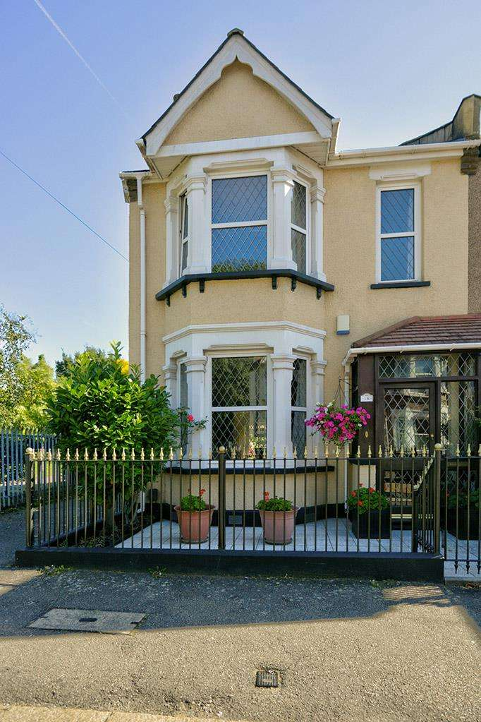 3 Bedrooms Semi Detached House for sale in Japan Road, Romford
