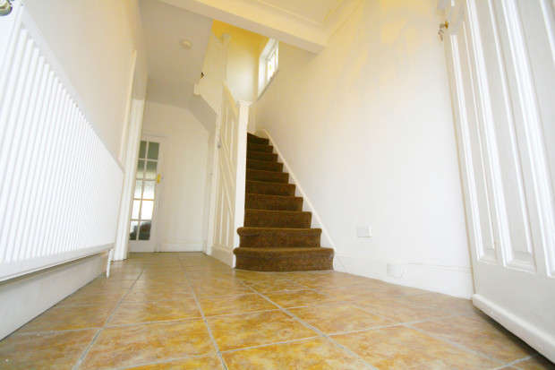 3 Bedrooms Semi Detached House for sale in Ely Gardens, Ilford, IG1