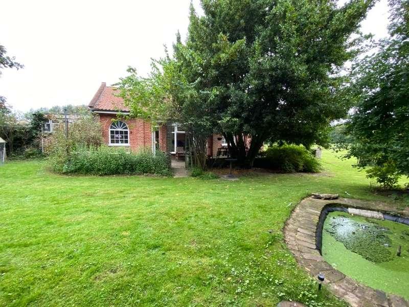4 Bedrooms Detached Bungalow for sale in Keepers Cottage, Fakenham Road, Attlebridge, Norwich, Norfolk
