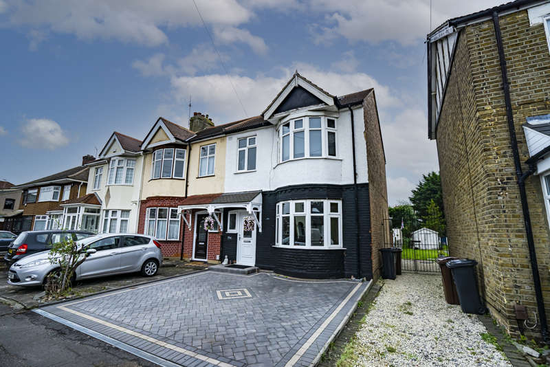 4 Bedrooms Semi Detached House for sale in Willow Road, Romford, RM6
