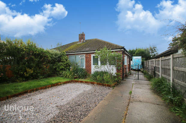 2 Bedrooms Bungalow for sale in Chatsworth Close, Thornton-Cleveleys, FY5