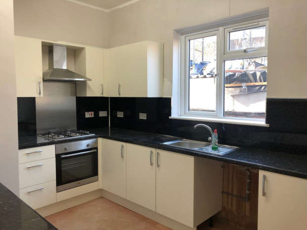 2 Bedrooms Flat for rent in York Road, Ilford, IG1