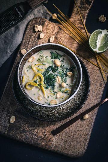 Rezept 30 Minuten Erdnuss-Nudel-Suppe mit Pak Choi und Limette
