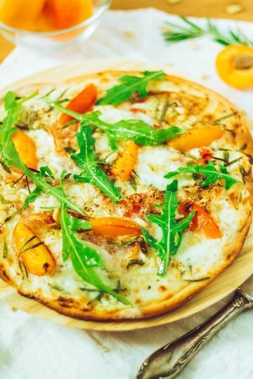 Rezept Aprikosen-Mozzarella-Flammkuchen mit Pancetta und Rucola